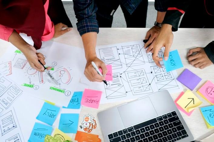 Pessoas aplicando a metodologia de Design Thinking.