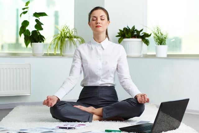 como-ter-autocontrole - mulher meditando em frente ao computador
