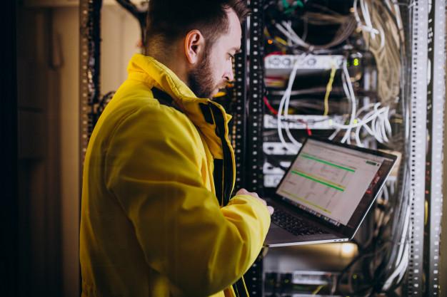engenheiro eletricista no seu ambiente de trabalho.