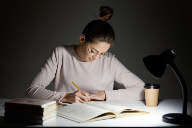 estudante escrevendo redacao