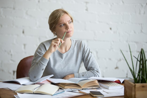estudante mulher pensativa