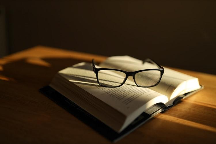 profissional-letras-livro-oculos