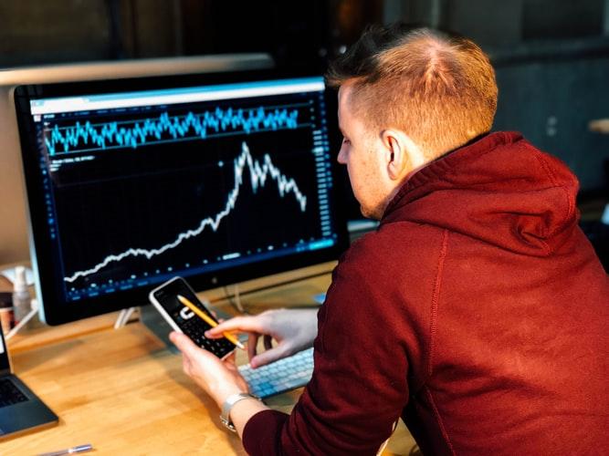 homem jovem trabalhando com estatísticas.