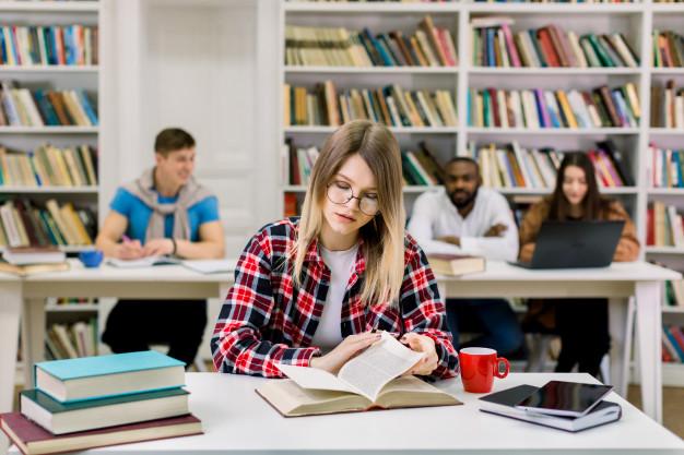segunda-faculdade-ou-pos-graduacao- mulher estudando em biblioteca