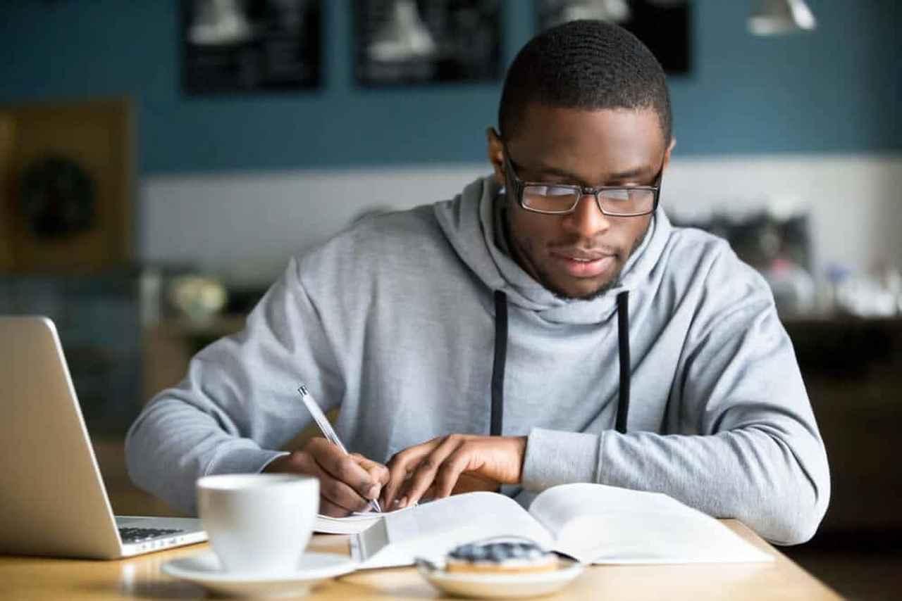 segunda-faculdade - homem estudando