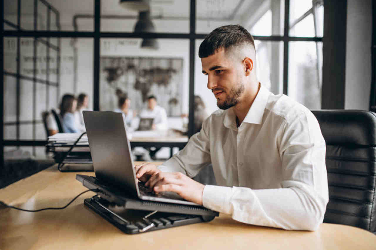 vantagens-do-ead - homem de camisa branca digitando em frente ao computador