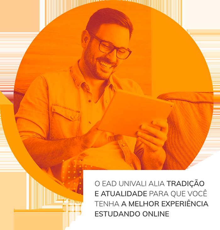 Aluno sorrindo usando um tablet, abaixo o texto O EAD Univali alia tradição e atualidade para a melhor experiência estudando online.