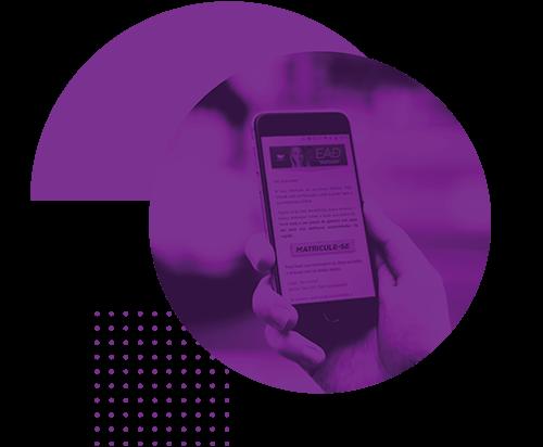 Mão de aluno do EAD segurando um celular e na tela é possível ler a palavra inscreva-se em destaque.