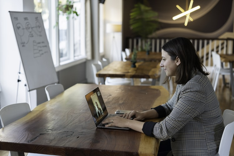 mulher jovem conversando on-line
