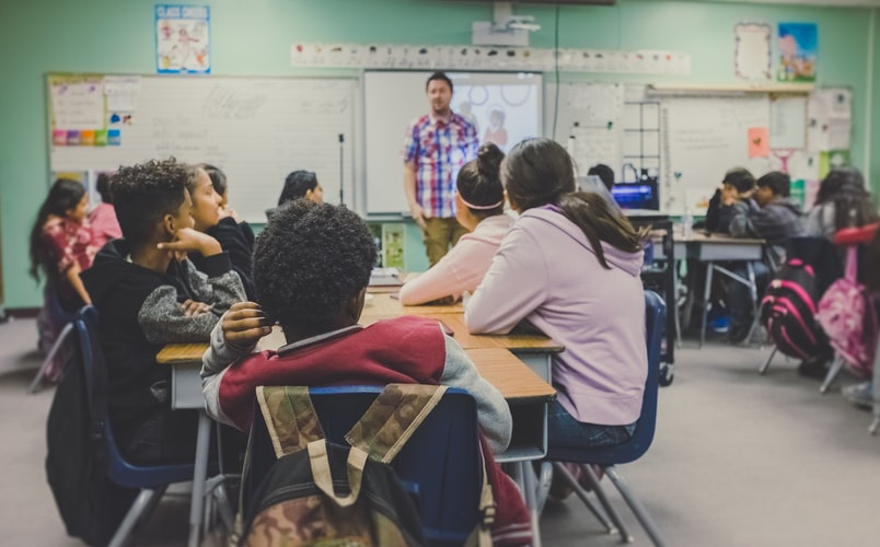 Imagem de uma sala de aula de anos iniciais.