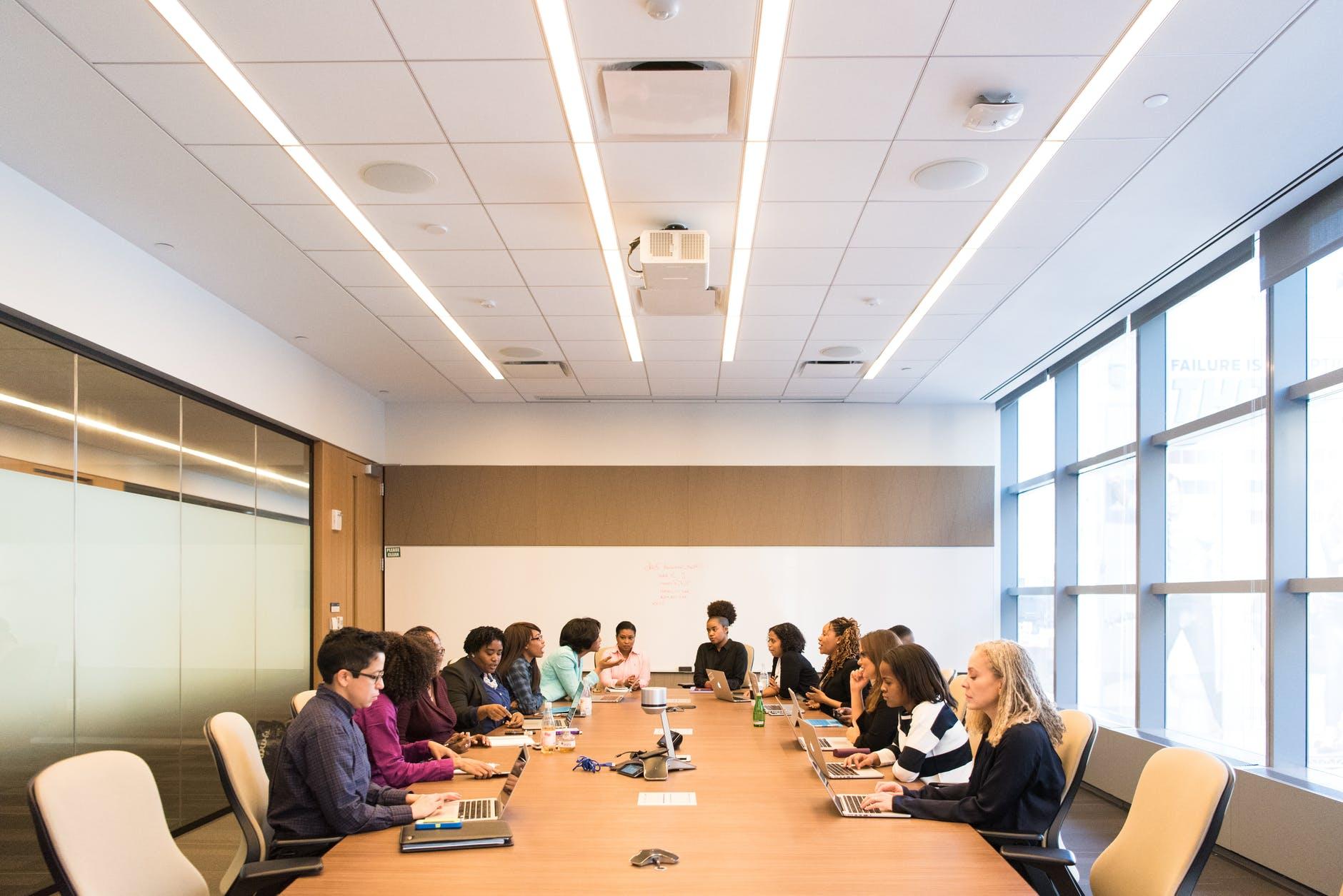pessoas reunidas em uma reunião. Ambiente corporativo.